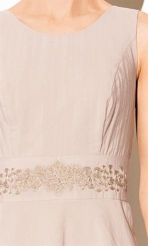 Бежевое платье с вышивкой - фото 10318